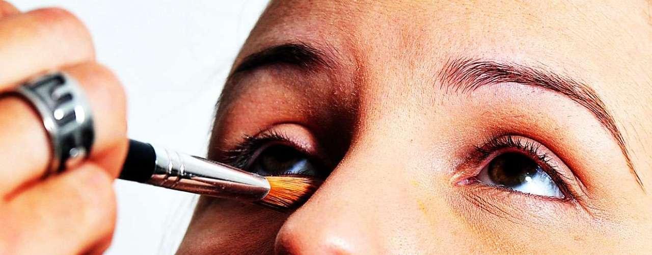 Ele também usa um corretivo da mesma cor da base na região dos olhos, mas o produto pode ser aplicado no rosto todo
