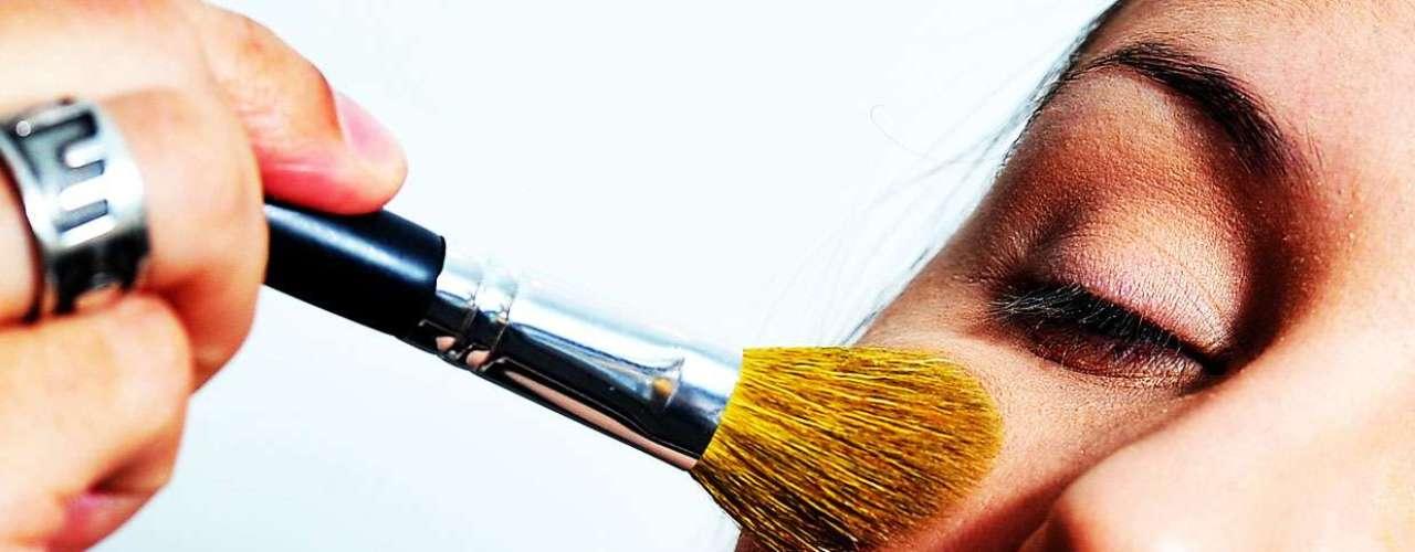 Um iluminador tonalizante é usado no arco lateral do rosto e no centro da face
