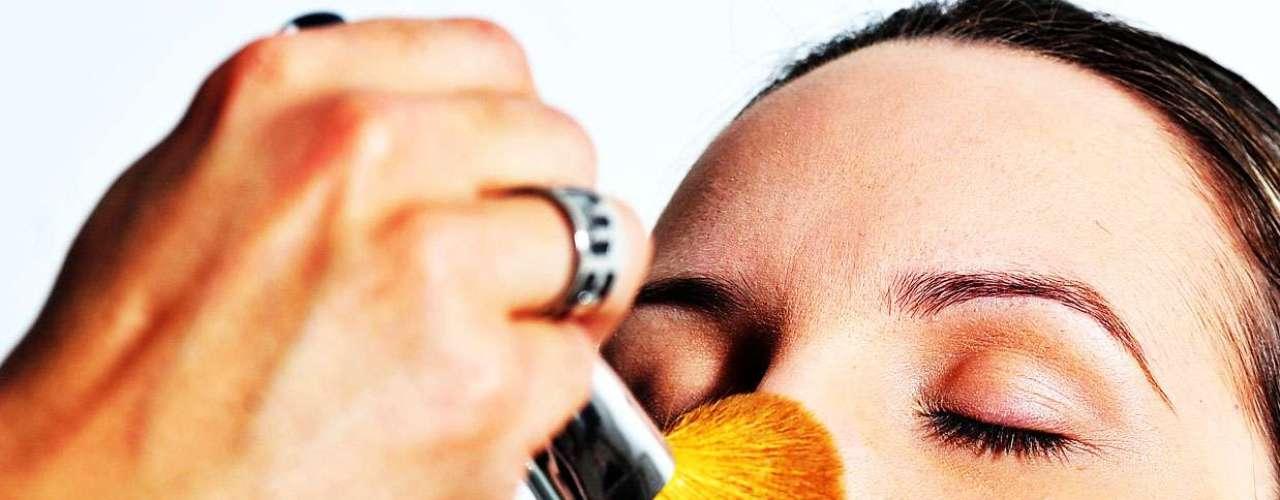 O maquiador usou um pó finalizador com fator 25, o que garante uma proteção para o dia-a-dia. \