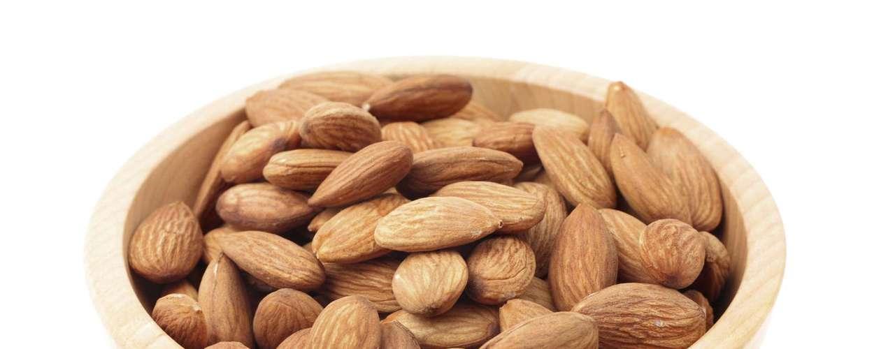 20. Amêndoa - A amêndoa é rica em vitamina E, que também ajuda na manutenção da pele, cabelos e unhas