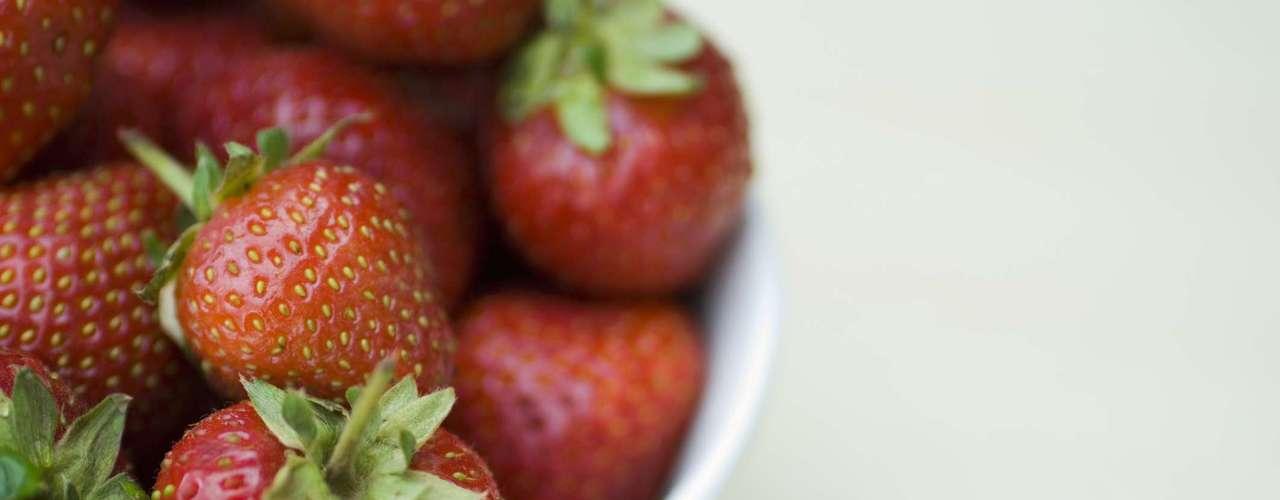 21. Morando - Um punhado de morangos também faz um ótimo lanche para quem quer incentivar a produção de colágeno. Especialmente por que em 16 dessas frutas há apenas 90 calorias
