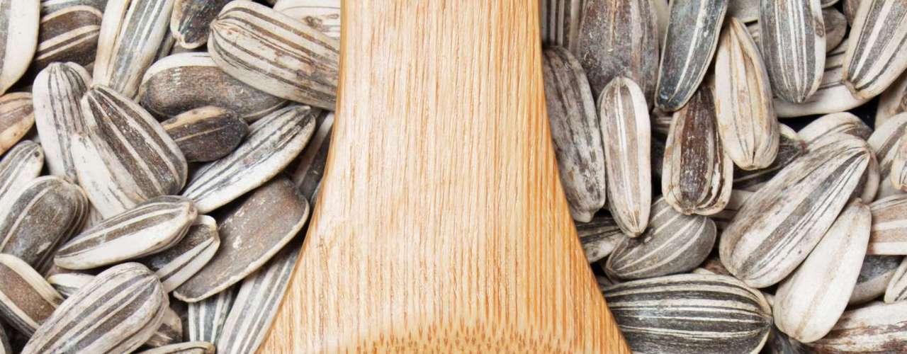 25. Semente de girassol - Se você está procurando um lanche que ajude a manter seu corpo em forma e ainda cuide da sua beleza a semente de girassol é a escolha certa. Rica em proteína, vitaminas e fibras, pode ser consumida entre as refeições