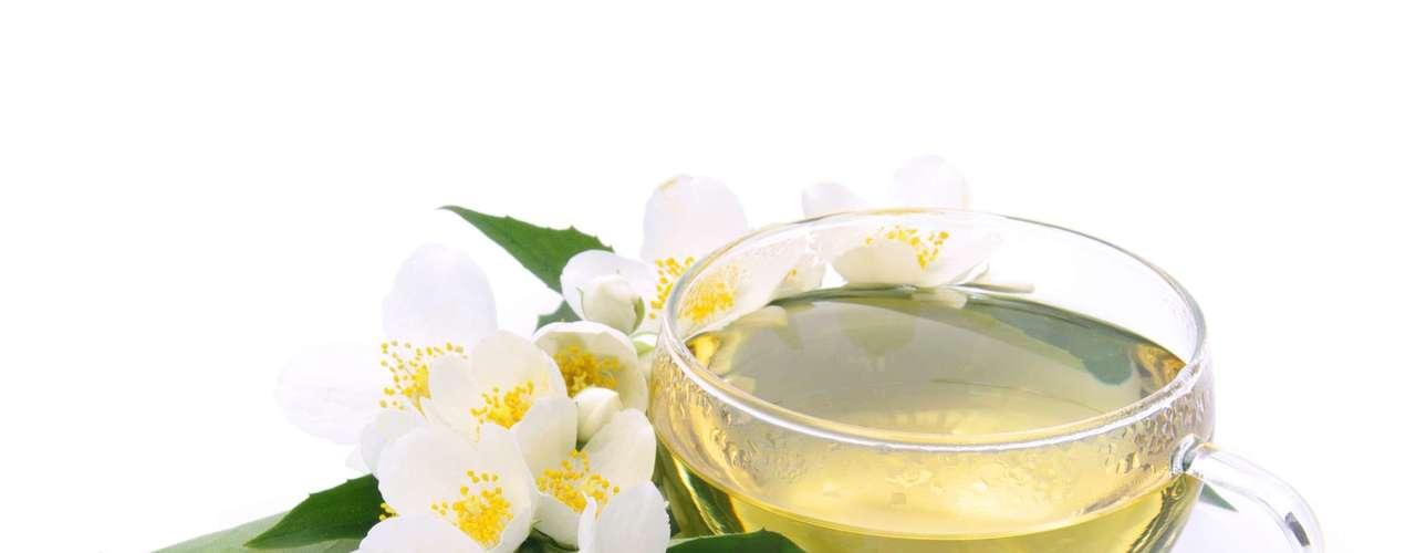 30. Chá branco - Para fechar você pode optar por uma caneca fumegante de chá branco. Rico em antioxidantes esse chá ajuda a retardar o envelhecimento e ainda tem funções regeneradoras. Consuma de duas a três xícaras por dia