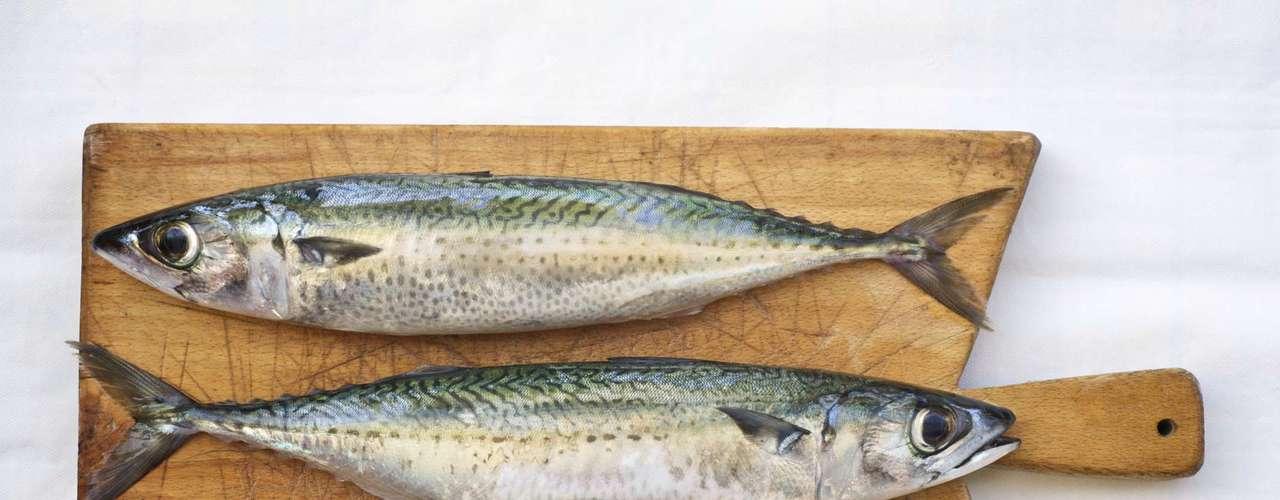 3. Cavala - Os peixes gordurosos como a cavala, também são nutritivas, pois possuem proteína e baixa caloria. Cheio de ômega 3 e 6, cálcio, selênio, magnésio, potássio, folato, niacina, vitaminas A, B12, C e K. Comer uma porção de cavala três vezes por semana garante um cabelo brilhante e uma pele saudável e tonificada