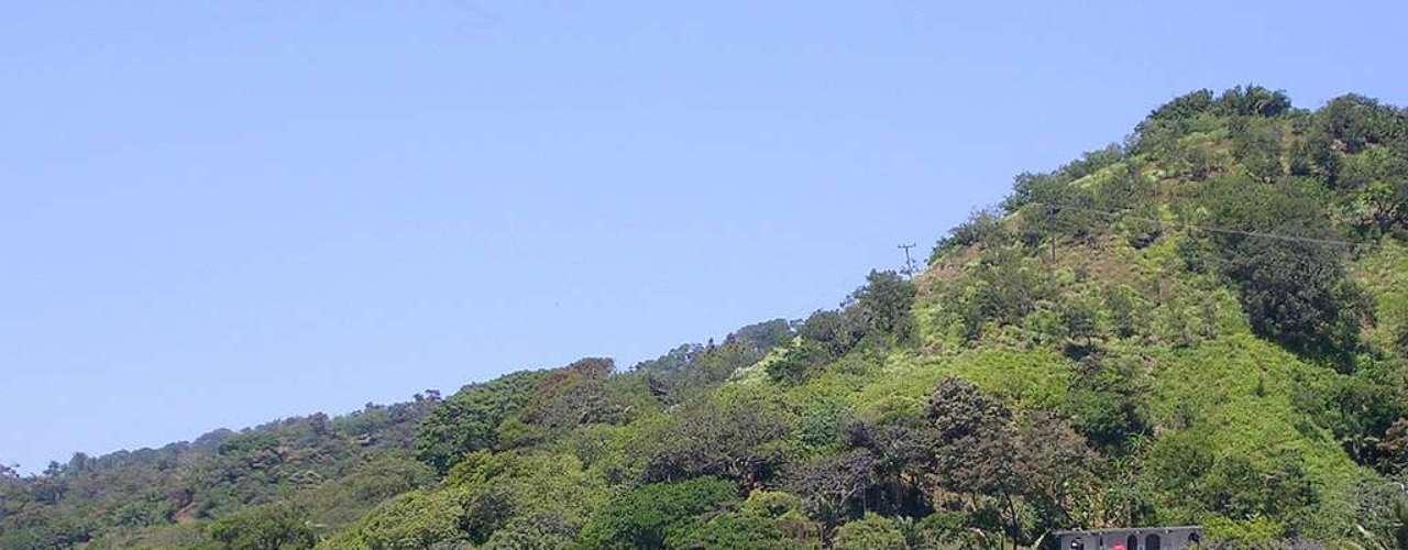 Roatán, Honduras: ao largo do litoral de Honduras, a ilha de Roatán tem belas praias caribenhas e pouco turismo em sua superfície de 125 km². Uma pequena população estrangeira, formada principalmente por americanos, vive na ilha e aproveita seus dias ensolarados  e sua natureza para mergulhar em águas cristalinas e relaxar em areias brancas