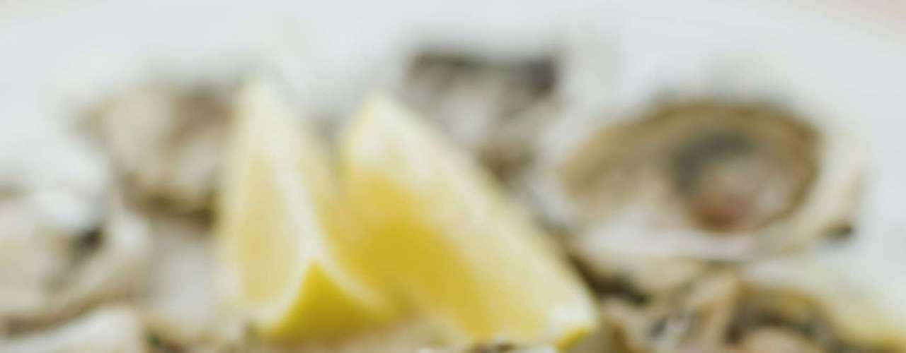 7. Ostra - Além de proteína, as ostras possuem cálcio, zinco, selênio, ferro (essencial para a produção de colágeno) e vitamina A. Isso tudo por menos de 20 calorias por concha
