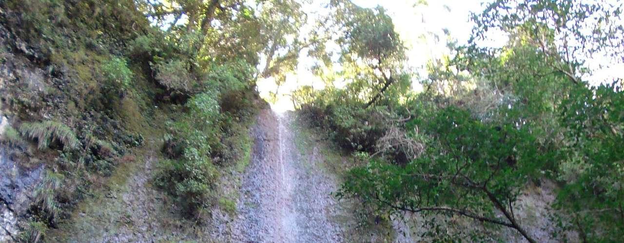 Logo após o Saltão e na mesma trilha, está a cachoeira da Ferradura. Em determinadas épocas do ano, seu baixo volume de água na queda de 47 m de altura pode ser uma decepção. No entanto, a caminhada até ela é tão curta (cerca de 15 min apenas) e a paisagem do destino é tão preservada que vale o percurso