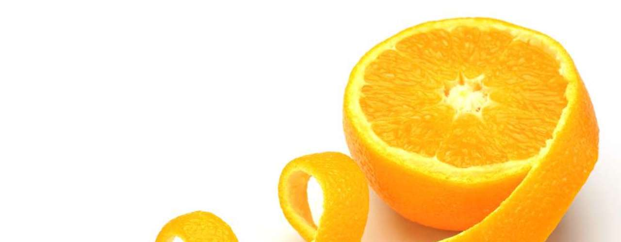 Receita com casca de laranja deve ser à noite para lavar a face