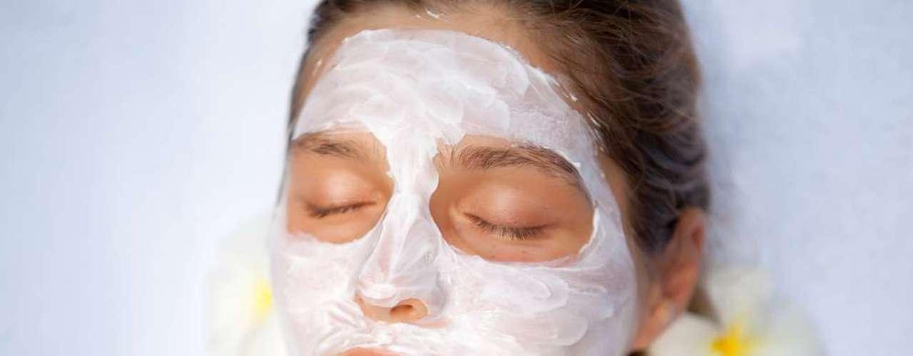 Mistura de aveia com mel pode ser usada como máscara facial contra acne, sendo aplicada com movimentos circulares