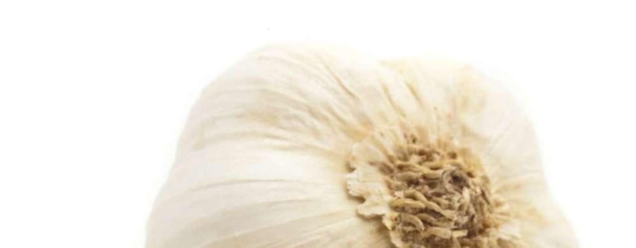 Dente de alho cru pode ser usado para combater acne, mas deve ser passado com certa frequência para dar resultado