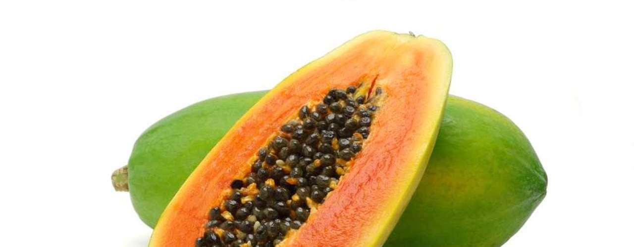 Aplicar a polpa do mamão papaia amassada acalma a pele acneica