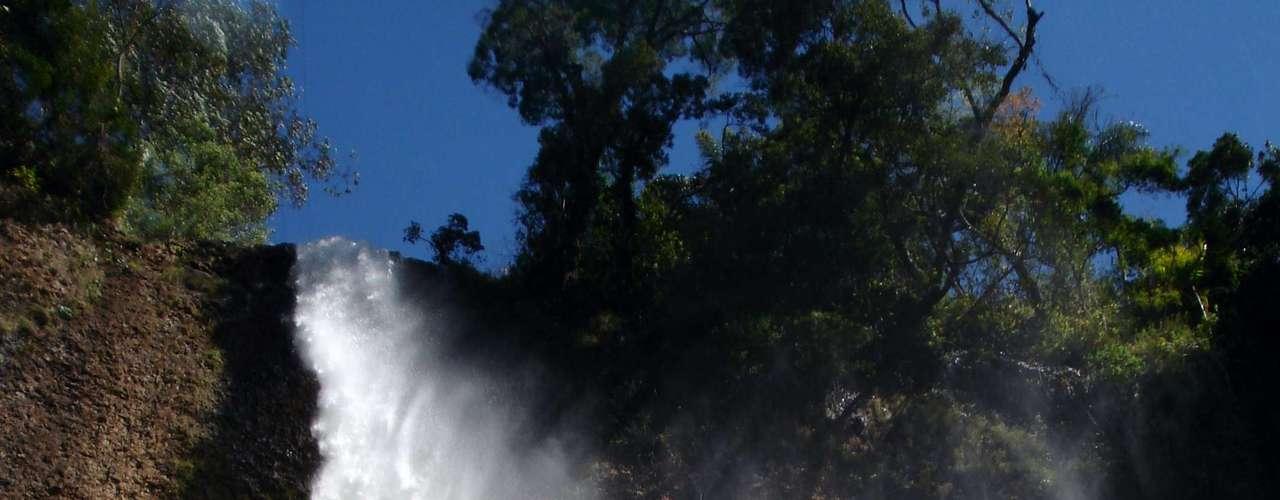 A força da queda do Saltão torna o banho em sua lagoa mais aventureiro do que relaxante