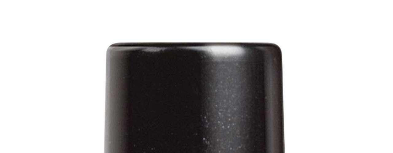 O esmalte verde que a Jáqui usa é da marca Colorama, cor Divirta-se. Preço: R$ 3,35. Informações: 0800-7010114