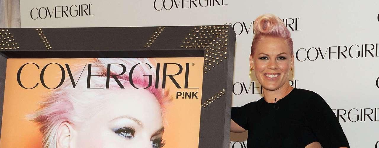 A cantora Pink é a nova garota-propaganda da marca de maquiagem CoverGirl. O lançamento da campanha aconteceu segunda-feira (6), em evento na Califórnia, EUA