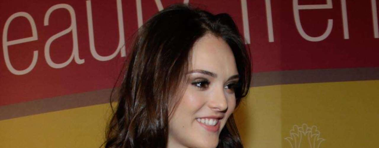 A atriz foi conferir o evento com saia vermelha justa, blazer e sapato preto