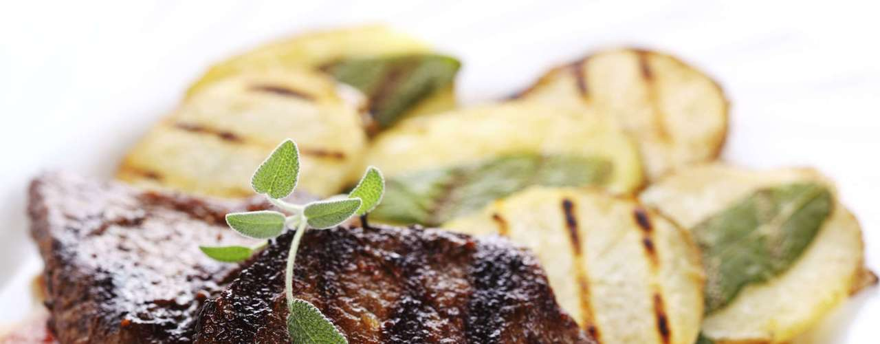 Sálvia vai bem com alimentos de sabor forte, como carnes de porco, carneiro, vitela, salsichas e linguiças
