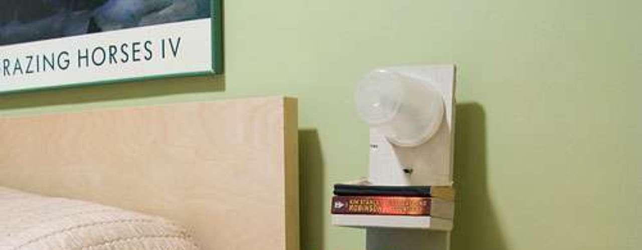 Aqui, a estante foi feita com madeira e serve tanto de cabeceira quanto de luminária, já que uma lâmpada foi instalada na parte superior