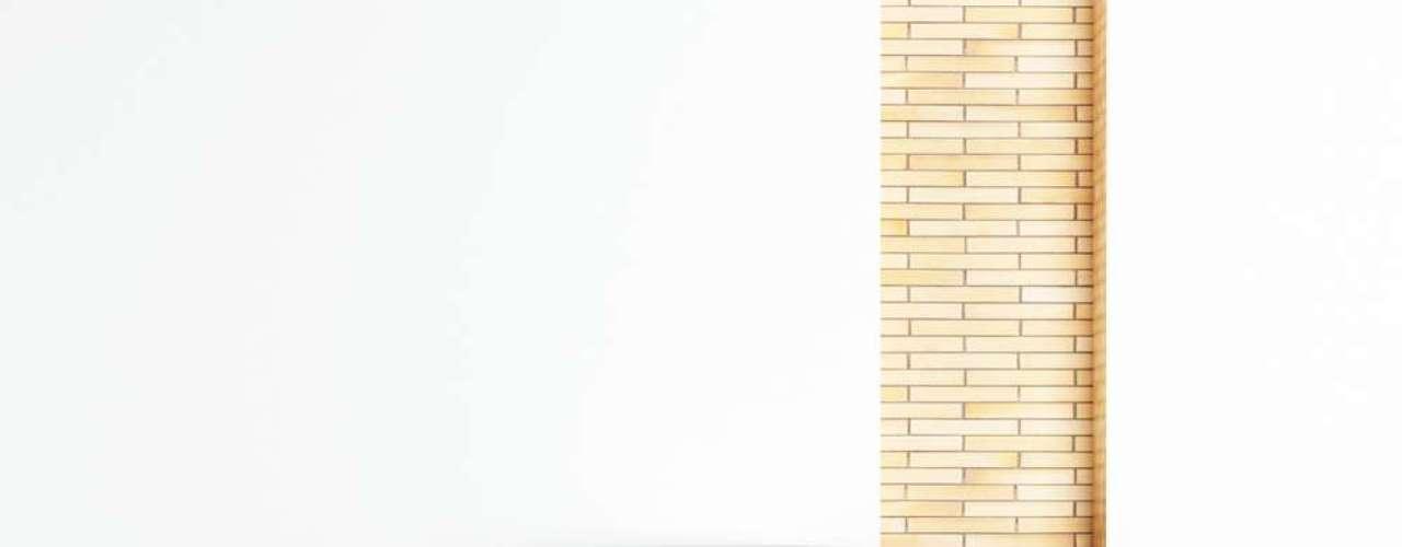Junto com o detalhe que imita tijolos, esta estante causa uma ilusão de ótica
