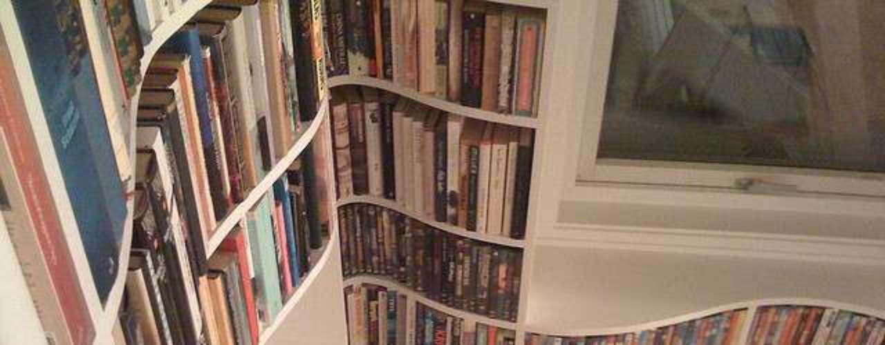 Neste modelo as curvas também são o diferencial, e ajudam a dar mais espaço para comportar os livros