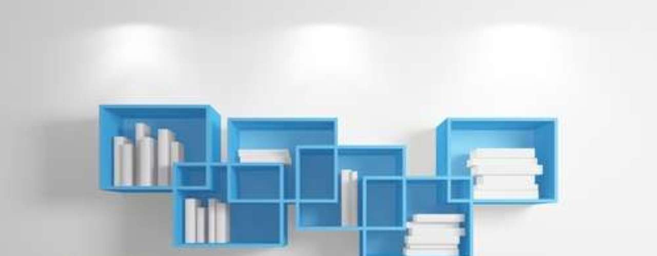 As divisórias de um nicho invadem a do outro e dão forma a diferentes espaços para guardar os livros