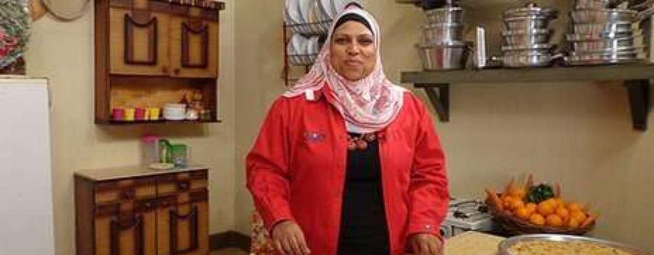 Ghalia Mahmoud: trabalhava como empregada doméstica para um família de classe alta no Cairo quando virou uma estrela nacional de TV no Egito. Descoberta pelo irmão do seu patrão - fundador de uma estação de TV pós-primavera árabe - Mahmoud passou a apresentar um programa ao vivo, com uma hora e meia de duração, em horário nobre. O programa foi criado para dar uma atmosfera mais leve ao canal, dedicado principalmente a notícias e atualidades, após a revolução que derrubou o antigo líder Hosni Mubarak. A comida de Mahmoud, em contraste, é saborosa e barata. Ela cozinha em panelas velhas de lata e mistura seus ingredientes em vasilhas de plástico, de onde saem pratos tradicionais como mahshi (charutos de uva recheados) e cozidos de feijão fava