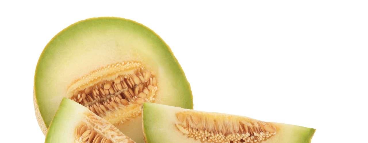 Melão: tem poder diurético, hidratante, ajuda na menopausa e nas dietas de emagrecimento. É rico em cálcio, betacaroteno, potássio e vitaminas A, B, C