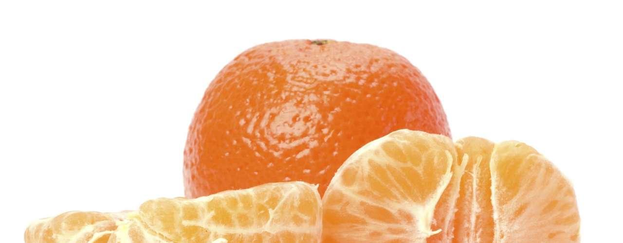 Mexerica: fonte de vitaminas A, B e C e de sais minerais como cálcio, potássio, sódio, fósforo e ferro. O fruto ajuda a combater infecções e aumenta a resistência do organismo