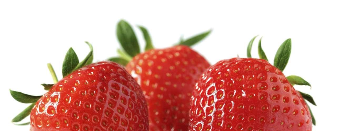 Morango: fruto com propriedades antioxidantes, que retarda o envelhecimento, além de reduzir o colesterol, combater anemias e doenças da pele. É fonte de ferro, fibras e vitaminas B5 e C