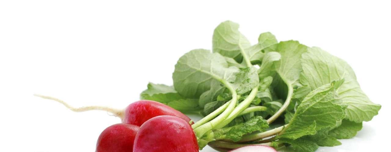 Rabanete: sem dúvida, o rabanete é um aliado da saúde. Fonte de cálcio, ferro, potássio e vitaminas B1, B2 e C, ele ajuda no processo digestivo, previne o organismo contra infecções e purifica o sangue, rins e bexiga