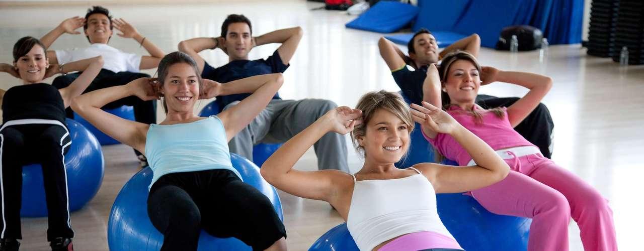 Faça abdominais rápidas - O ato ajudaria a ativar mais músculos na região do tronco, do que fazer o exercício de maneira mais lenta. Essa é uma conclusão de estudo publicado no Jornal da Força e Condicionamento Físico