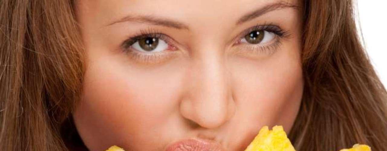 Abacaxi: a fruta fresca também pode ajudar a aliviar sua dor de cabeça. A bromelina, uma enzima natural, é associada há séculos como uma forma de alívio da dor. Ela também possui propriedades anti-inflamatórias