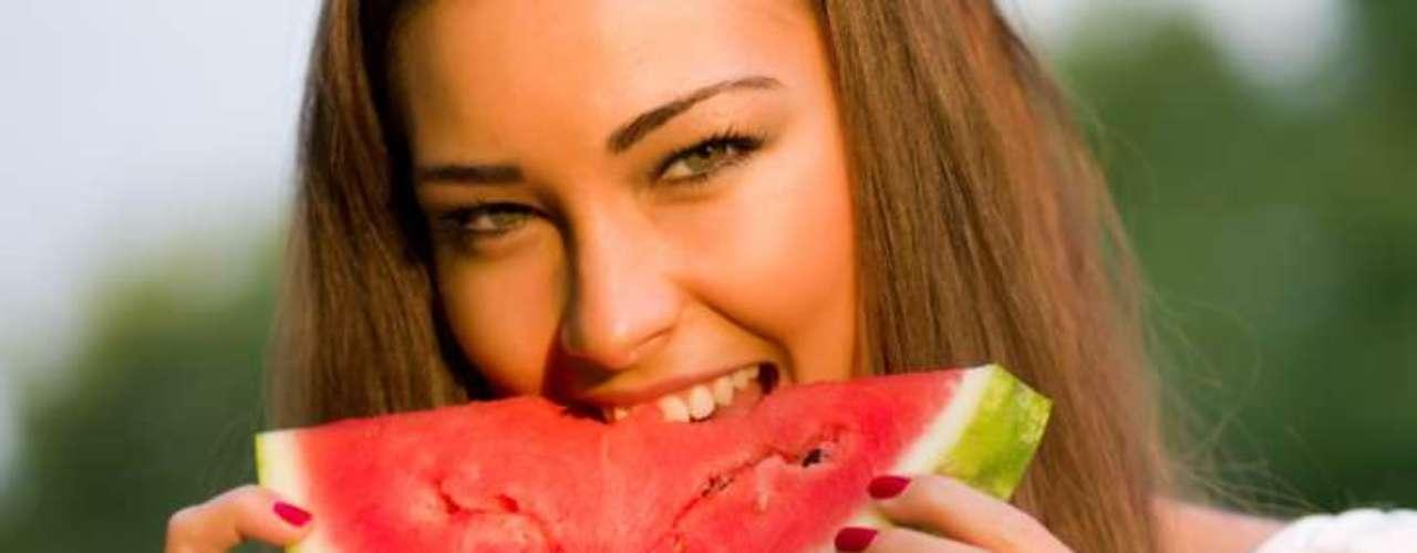 Melancia: as chances de ficar levemente desidratado quando alguém está com dor de cabeça são grandes. Uma fruta rica em água como a melancia pode ajudar nesse aspecto além de também servir como uma fonte sólida de potássio e magnésio