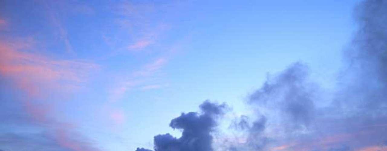 Kilauea, Havaí: as areias escuras da praia de Kilauea, na ilha havaiana de Kauai, guardam um dos vulcões mais ativos do mundo. Ele está em constante erupção desde 1983, cuspindo lava no oceano