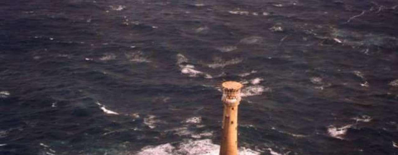 Bishop Rock, Reino Unido: de acordo com o Guinness Book, a Bishop Rock - na ponta mais ocidental das ilhas de Scilly - é a menor ilha do mundo. Ela ainda possui uma construção, um com um farol de 49 metros