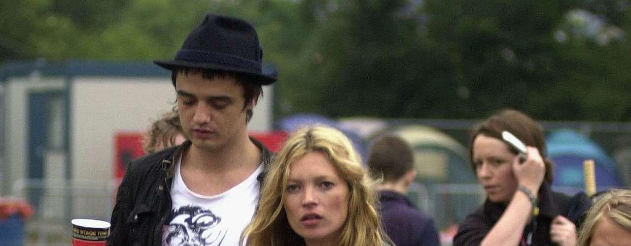 Kate Moss estava noiva do roqueiro Peter Doherty quando descobriu que havia sido traída. Ela o expulsou de casa e trocou as fechaduras. Doherty foi fotografado com a modelo Lindi Hingston em 2007 depois de uma briga com Kate