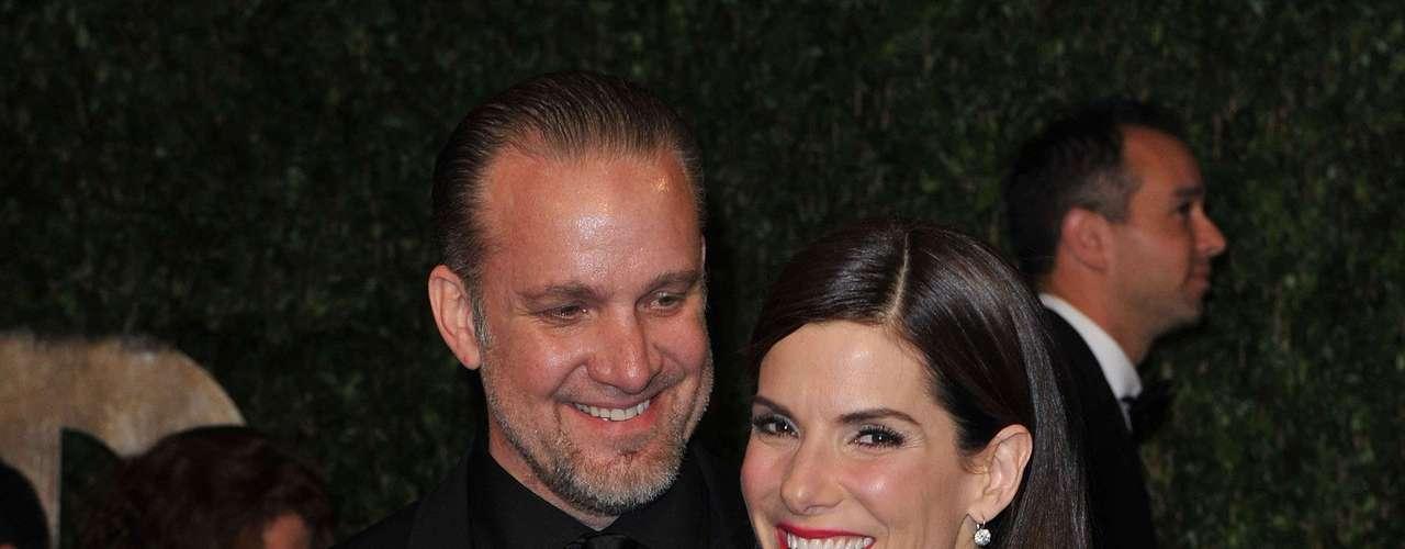 Sandra Bullock descobriu que havia sido traída por Jesse James. Ele pediu desculpas em público e afirmou ser compulsivo por sexo, mas ela não aceitou e botou um fim no relacionamento