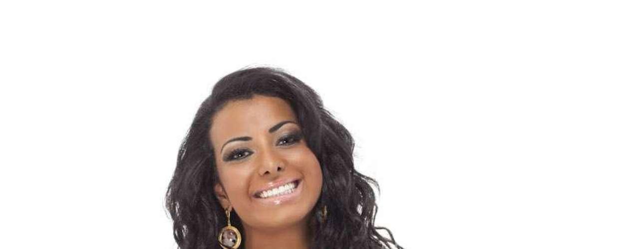 A atriz aparece em poses sensuais nas imagens feitas por Fábio Tieri