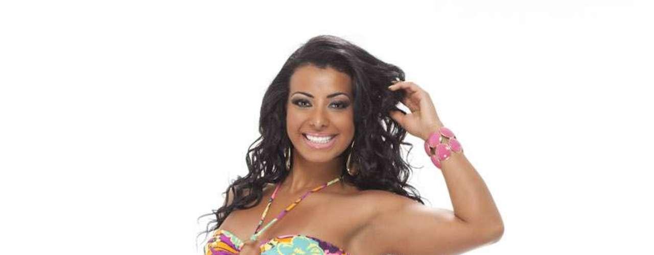 A atriz mostra todas as suas curvas em vários modelos de biquínis