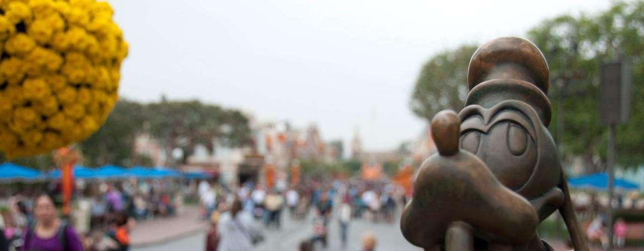 2. Disneyland, Estados Unidos: aberto em 1955 , o parque original de Walt Disney, o Disneyland, recebeu mais de 16 milhões de visitantes em 2011.  Situado a 40 km de Los Angeles, o parque californiano ainda tem algumas atrações que existem desde a inauguração, como as Aventuras de Branca de Neve e Its a Small World