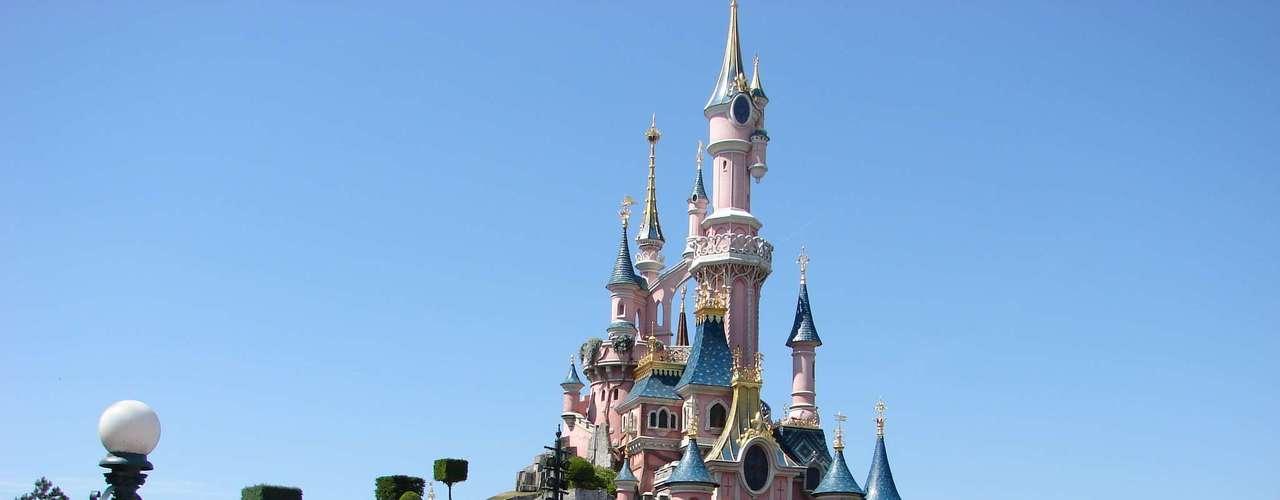 5. Disneyland Paris, França: quando o primeiro parque da Disney na Europa foi inaugurado, em 1992, sob o nome de Eurodisney, os franceses reclamaram desta invasão cultural americana a 40 minutos da capital do país. Hoje, no entanto, ele é chamado de Disneyland Paris e é o principal parque temático da Europa, tendo recebido quase 11 milhões de visitantes em 2011