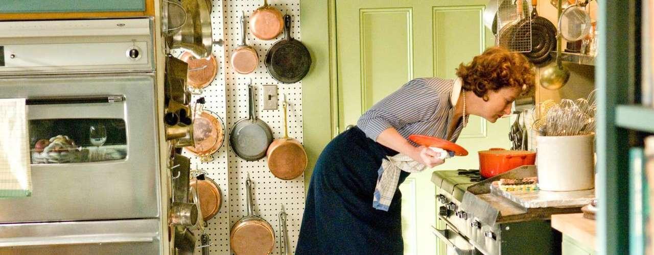 Desafiando a própria inabilidade na cozinha, Julia começou a se aventurar nas panelas tardiamente. \