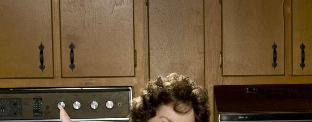 Após se mudar para França, para acompanhar o marido militar, resolveu afastar o tédio se matriculando nas aulas de culinária oferecidas pela escola Le Cordon Bleu - decisão que acabou mudando a sua vida