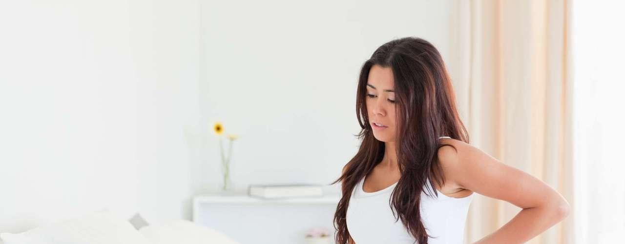 Quais problemas podem restringir a vida sexual da grávida? Sangramento é o primeiro sinal vermelho. Se a gestante tiver perda de sangue precisa evitar a relação até orientação médica. Outros fatores que restrigem a vida sexual durante a gravidez são incompetência istmo cervical - quando o colo fica aberto e pode provocar aborto -, rotura de bolsa  que diminui a proteção do feto -, e deslocamento prematuro da placenta. Há também fatores relativos, como infecções urinárias, viroses, quadros em que a paciente precisa fazer repouso, preparo para exames do pré-natal, depressão ou anemia. Nesses casos, pode namorar, mas o pênis não pode penetrar na vagina. As carícias e masturbação estão liberadas, aconselha Ana Paula