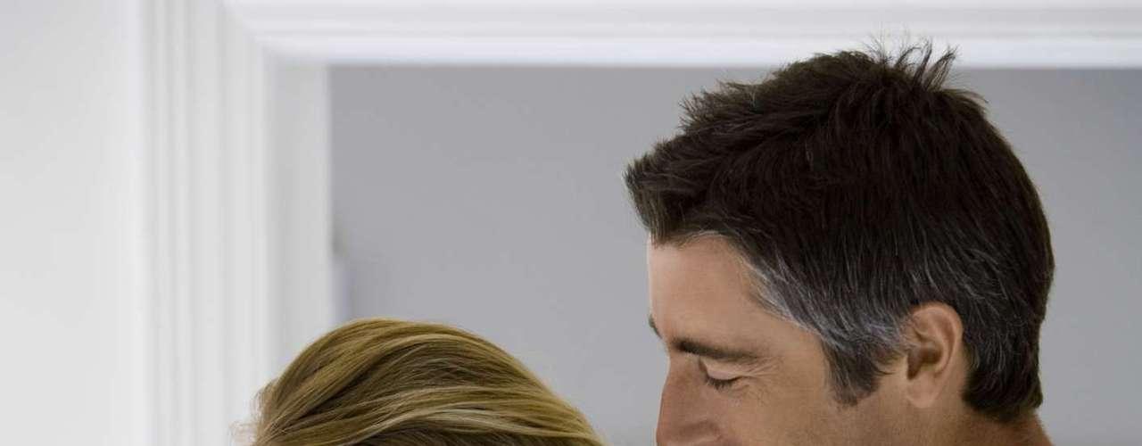 O sexo anal é proibido durante a gravidez? O sexo anal não é proibido durante o período gestacional, mas merece cuidado redobrado porque aumenta o risco de infecções. Portanto, o indicado é sempre usar preservativo e lubrificante. Outra dica importante é beber muita água e fazer xixi antes e depois da relação, tanto o homem quanto a mulher. Isso ajuda a manter a via urinária limpa e evita problemas, afirma Ana Paula