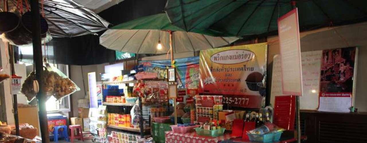 Os mercadinhos da Tailândia oferecem muitos ingredientes e são conhecidos pelo cheiro forte no calor de Bangcoc