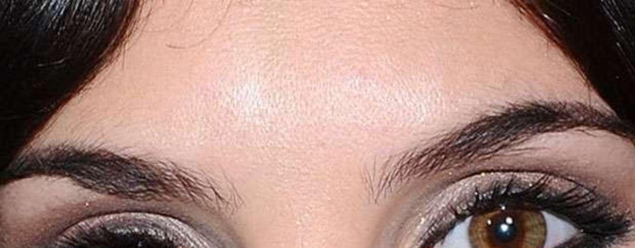 Enquanto um olho da atriz é preto, o outro é castanho claro