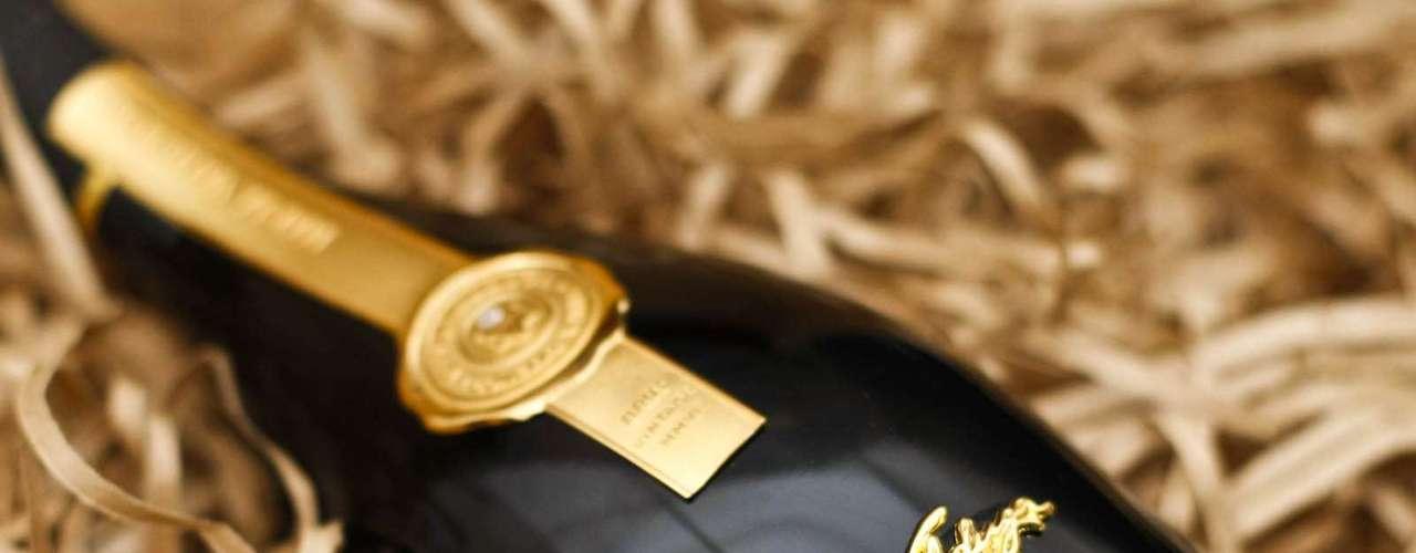 Criado em homenagem a matriarca da família produtora, o vinho Maria Valduga, ganhou até alguns rótulos feitos com ouro e swarovski, que tiveram parte do lucro repassado para o estudo do câncer. A garrafa comum sai por R$ 157 durante o evento