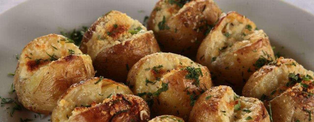 O Paradiso Bar e Cucina tem porção com nove unidades de batata assada com recheio de gorgonzola e parmesão. O acompanhamento é uma caipirinha de limão e lima da pérsia