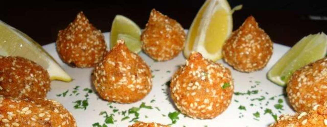 Outra sugestão do Paradiso Bar e Cucina é a coxinha do chef, com frango desfiado, requeijão e toque de gergelim. O acompanhamento é uma caipiroska de melancia