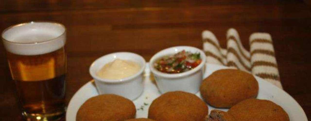 O Caetano's Bar tem bolinhos de berinjela, recheados com carne, queijo e tomates secos. A porção traz seis unidades e acompanha um chope